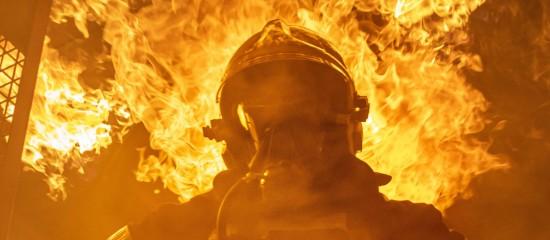fireman-standing-near-fire-on-building-3448641.jpg